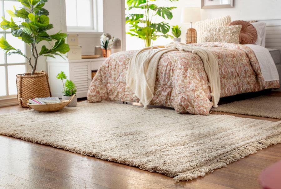 Dormitorio de otoño con alfombra abrigada