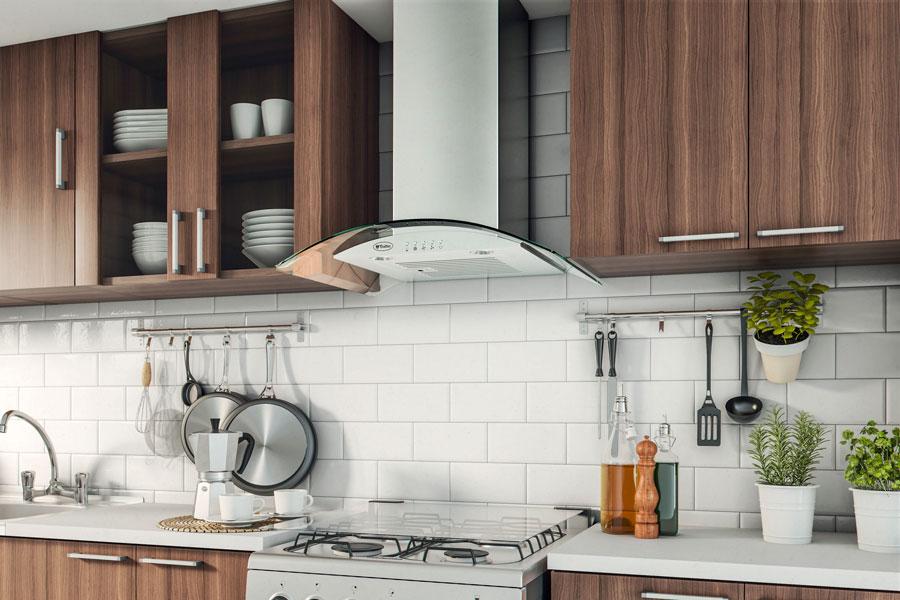 Cocina con barra con ganchos para colgar utensilios de cocina