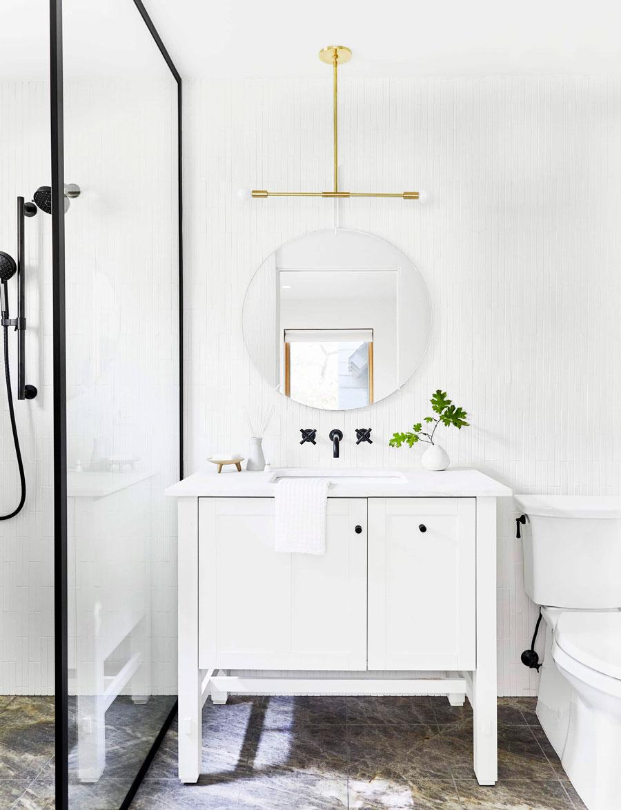 Baño blanco con aplique dorado
