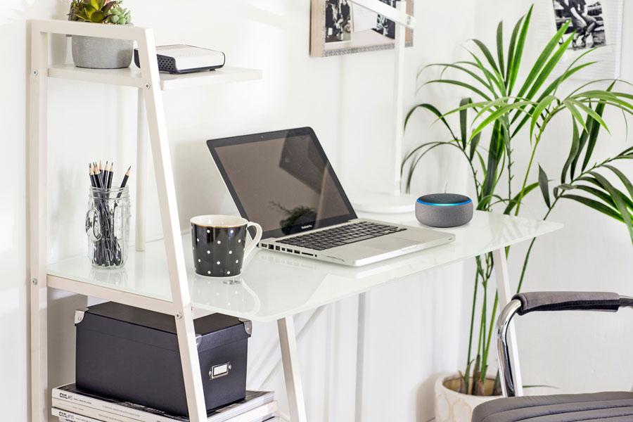 Escritorio con computadora y asistente virtual amazon