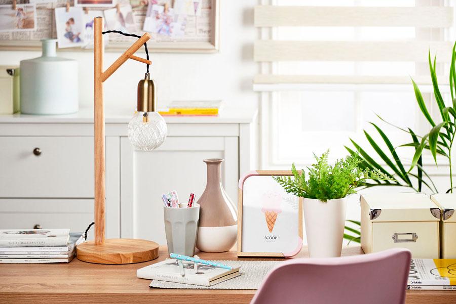 Escritorio con lámpara y accesorios