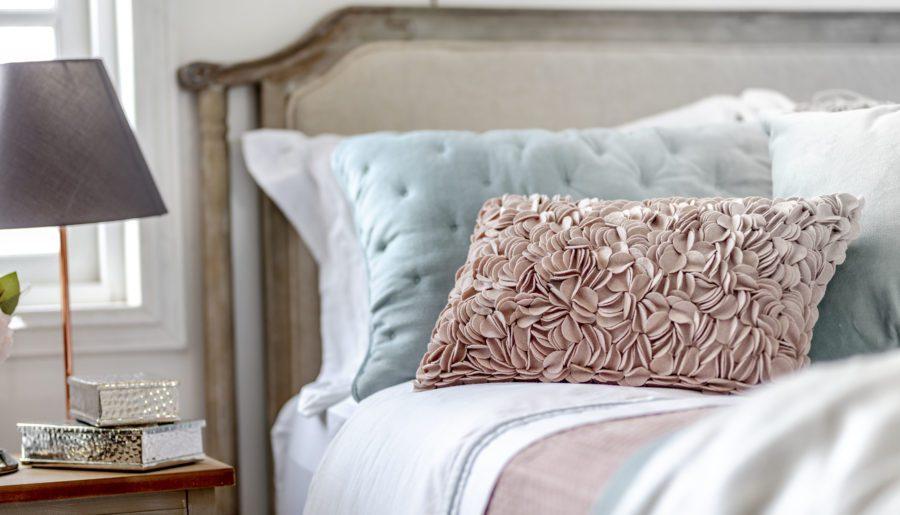 Inspírate para decorar tu dormitorio en otoño con estos detalles