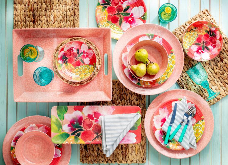 Juego de vajilla en color coral y flores