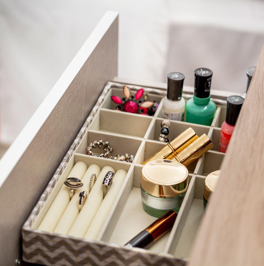 Organizador de joyas y maquillaje en cajon de tocador