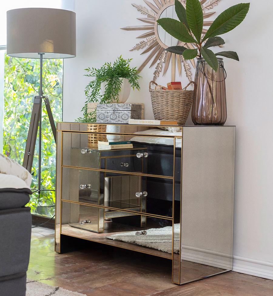 como decorar un living pequeño: muebles con espejos