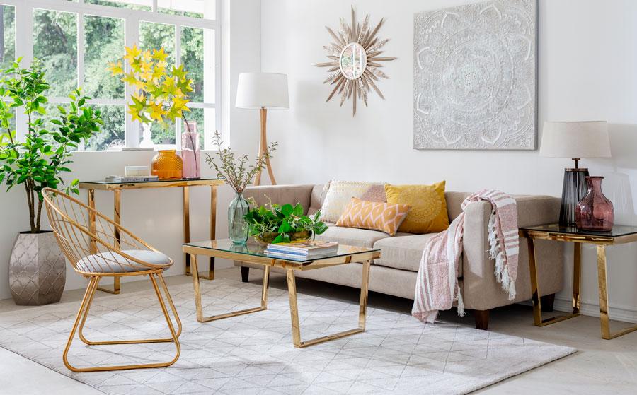 como decorar living pequeño - mesa de centro y arrimo dorados
