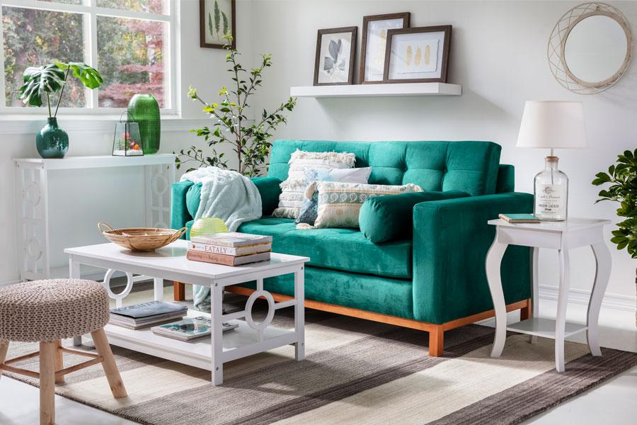 cómo decorar living pequeño - sofá verde de terciopelo