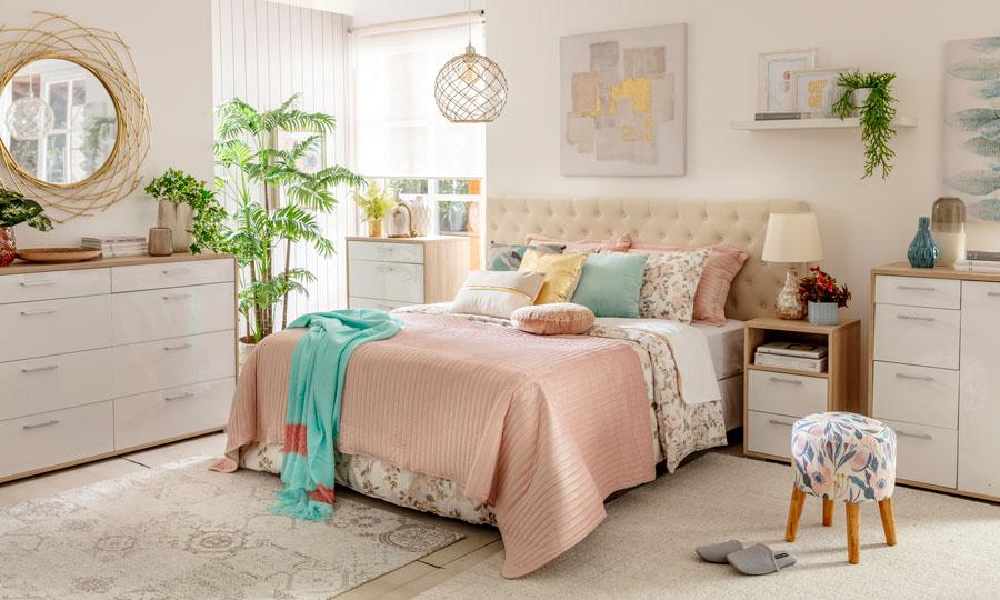 Dormitorio con planta oversize en ventana