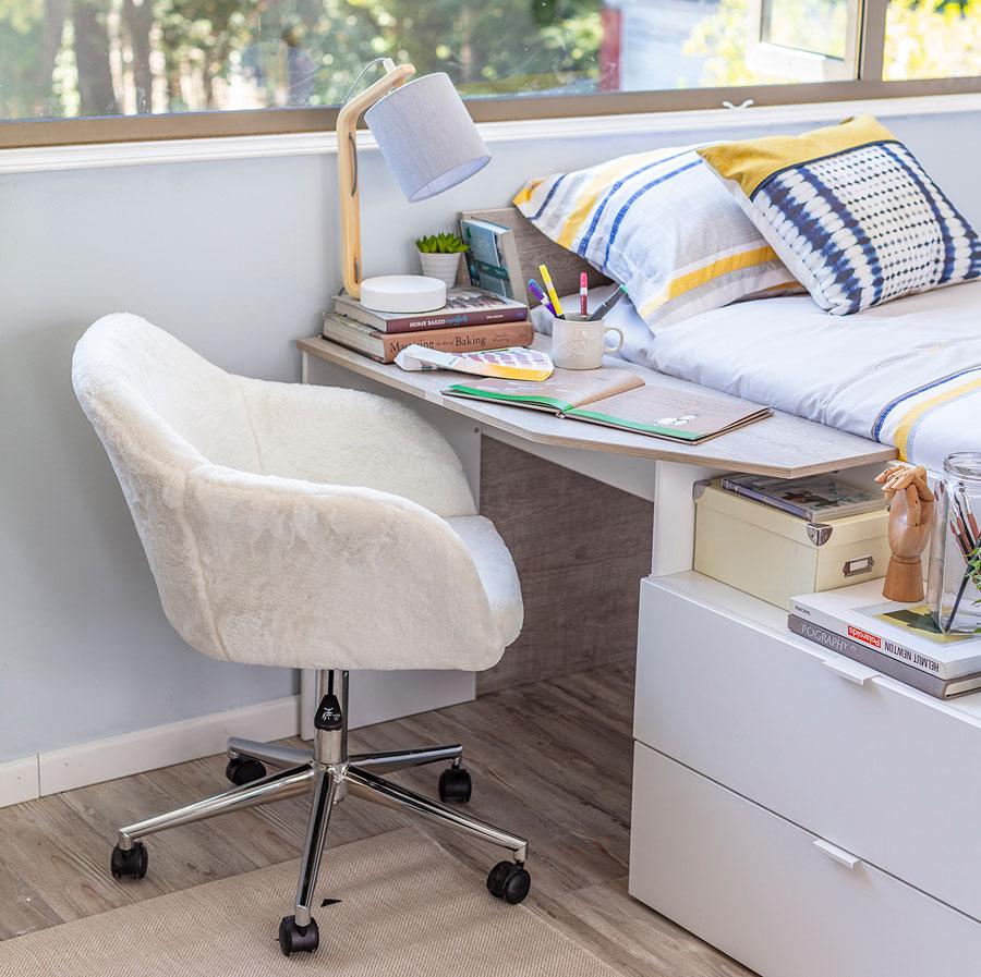 Cama infantil multifuncional con escritorio y lampara de mesa