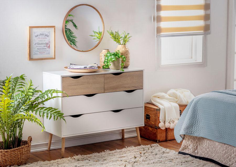 Dormitorio con espejos redondo sobre comoda