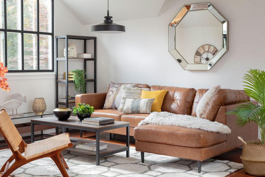 Living con gran espejo detras del sofa