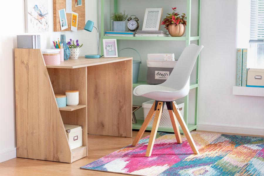 Dormitorio infantil con alfombra colorida