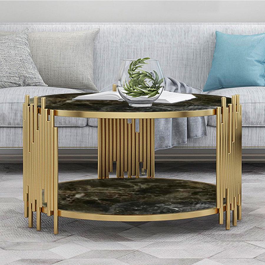 Living con mesa de centro dorada y de mármol