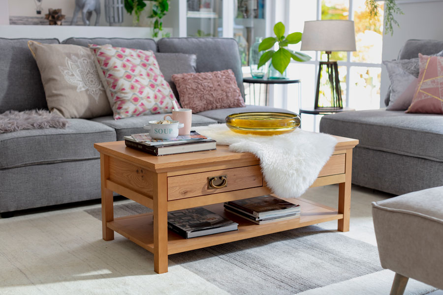 Living con mesa de centro de madera