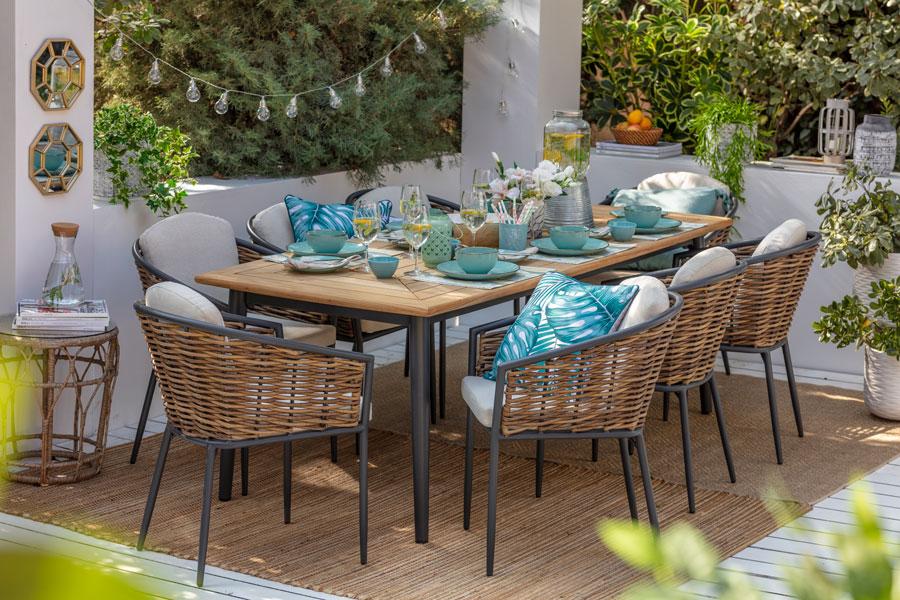 Comedor de terraza con sillas con mimbre y fierro