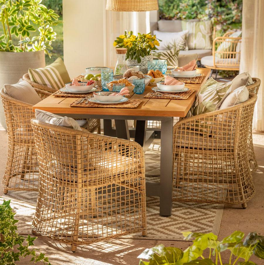 Comedor de terraza de madera con sillas de rattan
