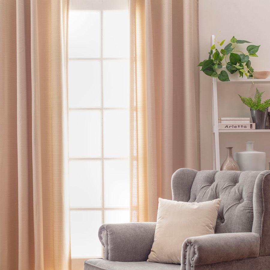 Ideas de cortinas: bloque de color con la pared, ejemplo con tono crema y sillón