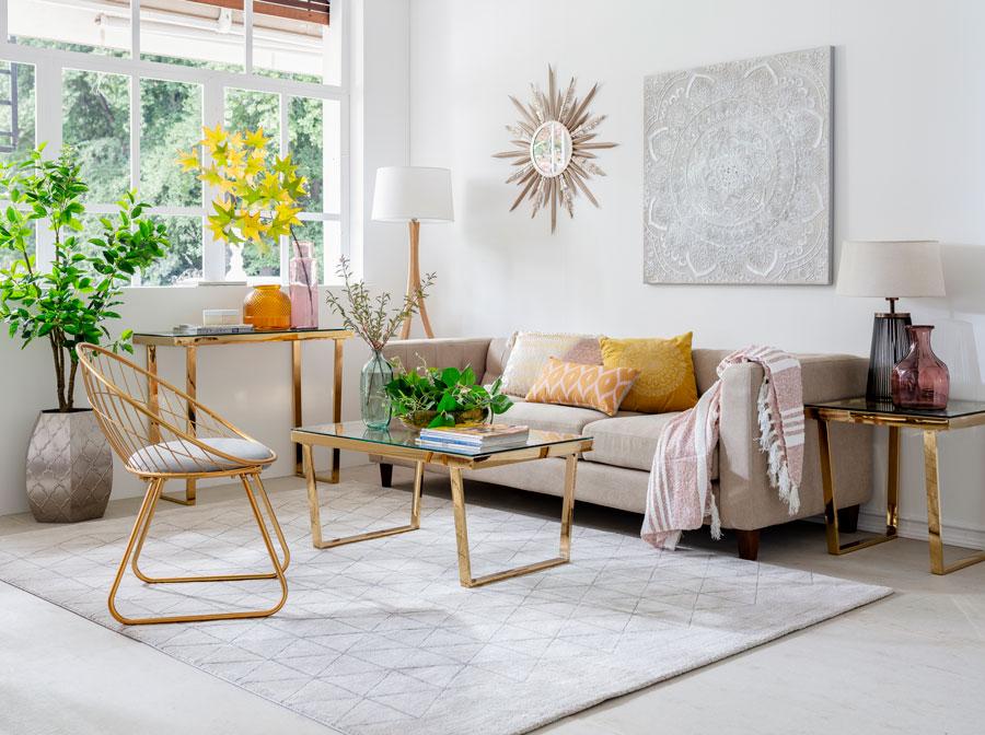 Medidas para colocar muebles y decoración en casa: living con estructuras doradas