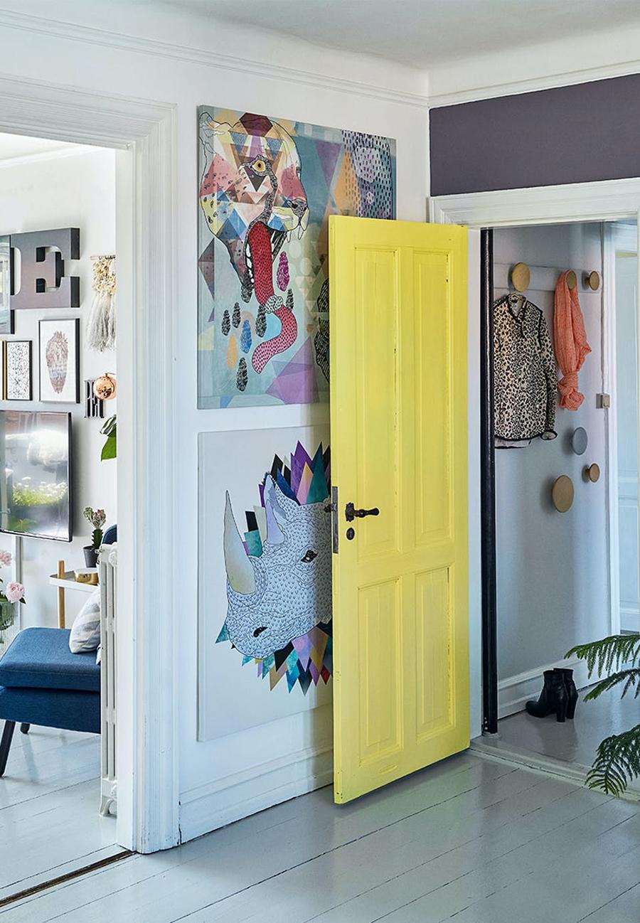 Puerta en amarillo illuminating