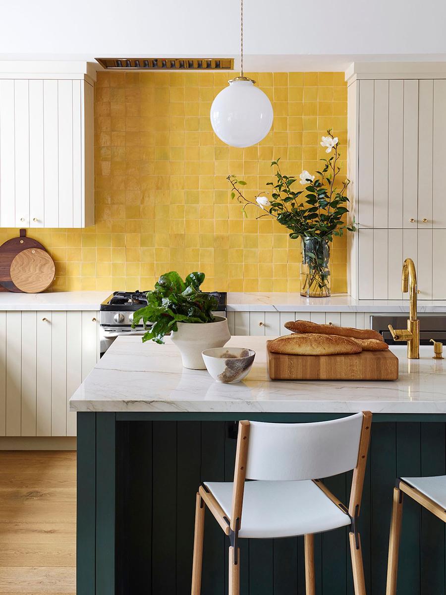 muro amarillo en cocina y comedor de diario