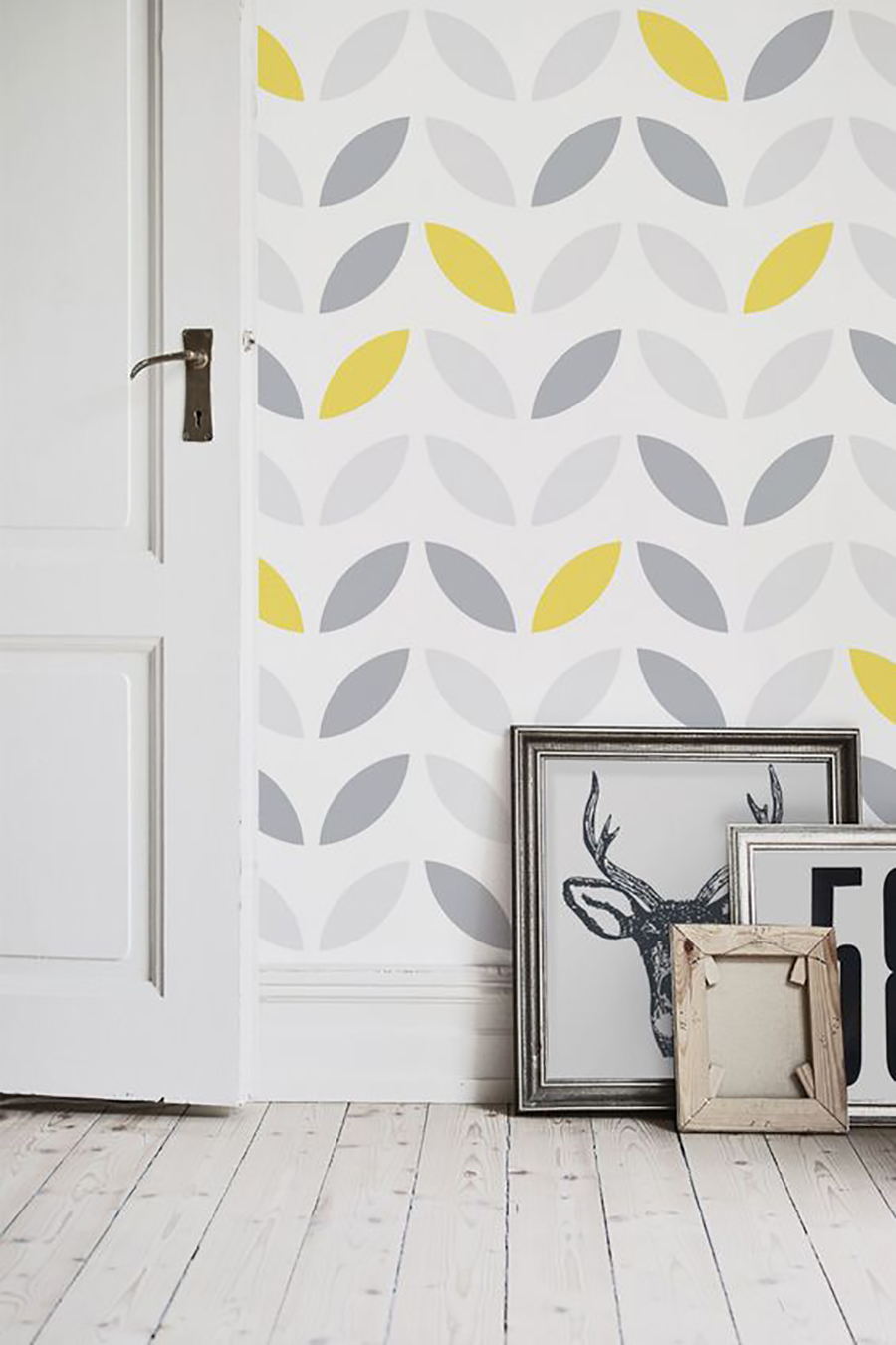 papel mural con estampado de hojas en gris amarillo y banco