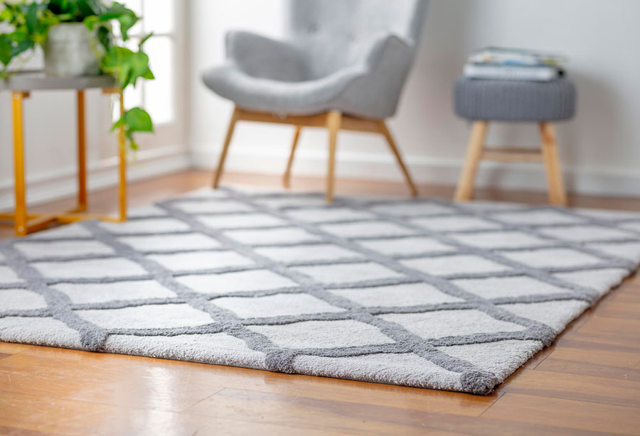 Primer plano de alfombra gris con rombos en sala de estar