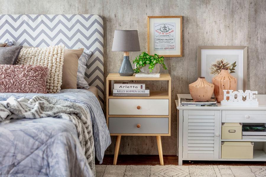 Cama, respaldo velador y cómoda: detalle de decoración de dormitorio en tonos grises y madera, con estilo nórdico.