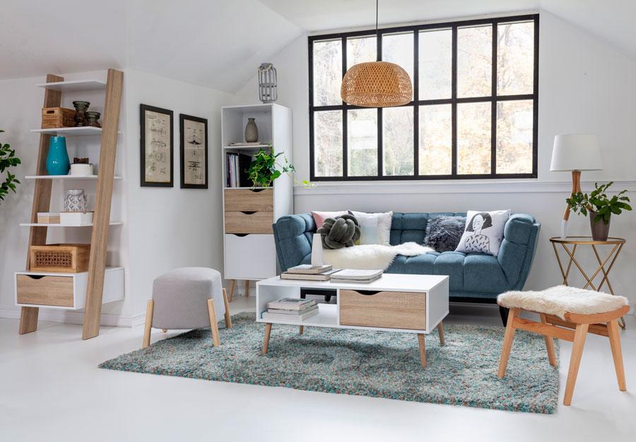 Living con gran ventanal decoración en tonos fríos y madera, con estilo nórdico