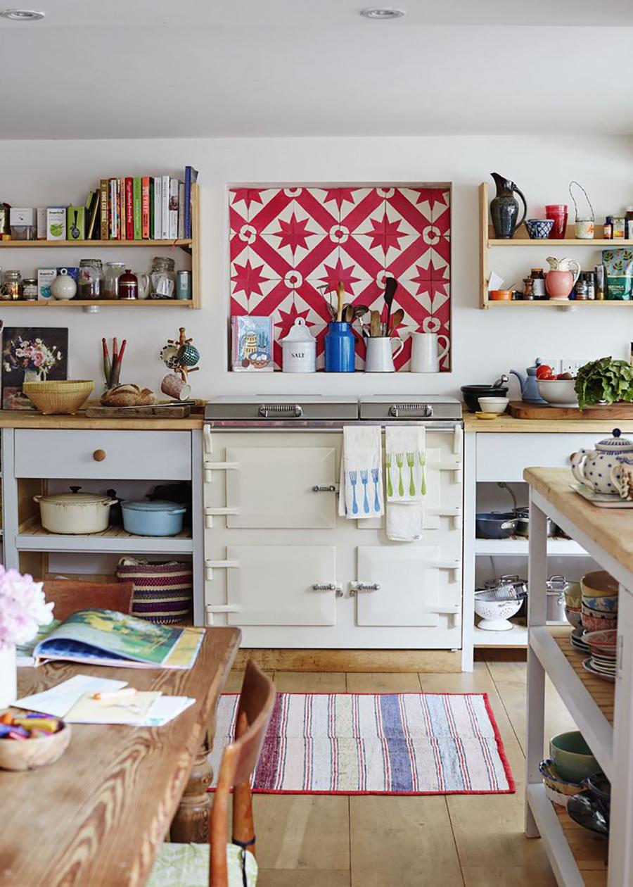 cocina de decoración ecléctica con mural de cerámica, repisas y mesones de madera