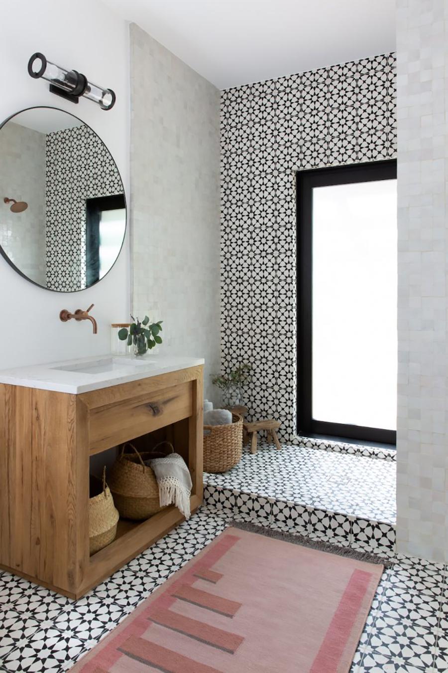 Ejemplo de adhesivos de muro y suelo con diseño vintage para modernizar el baño  / www.camillestyles.com