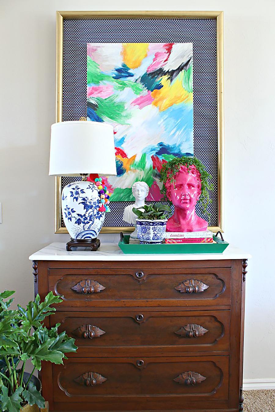 Decoración moderna de cómoda con bustos, lámparas y colores / www..dimplesandtangles.com