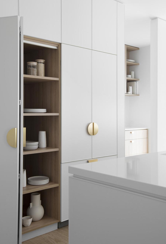Tiradores dorados semicirculares para una decoración moderna de cocina / www.zephyrandstone.com.au