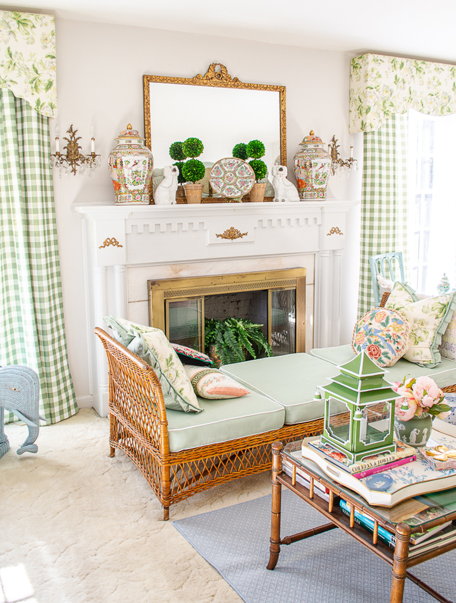 Decoración ecléctica con tonos verde menta y muebles de madera y mimbre, con elementos de chic vintage y detalles dorados