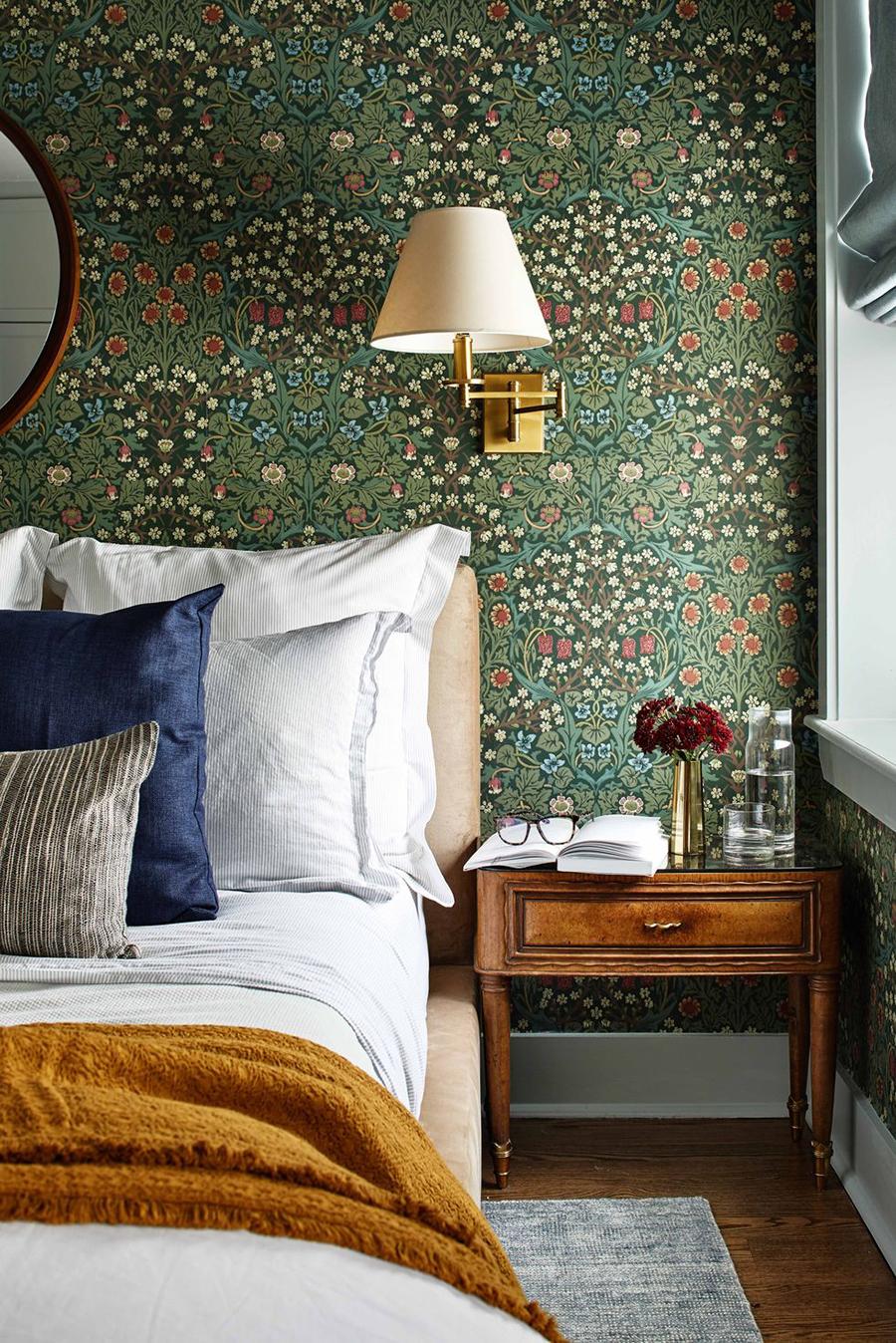 decoración de dormitorio vintage con papel floreado