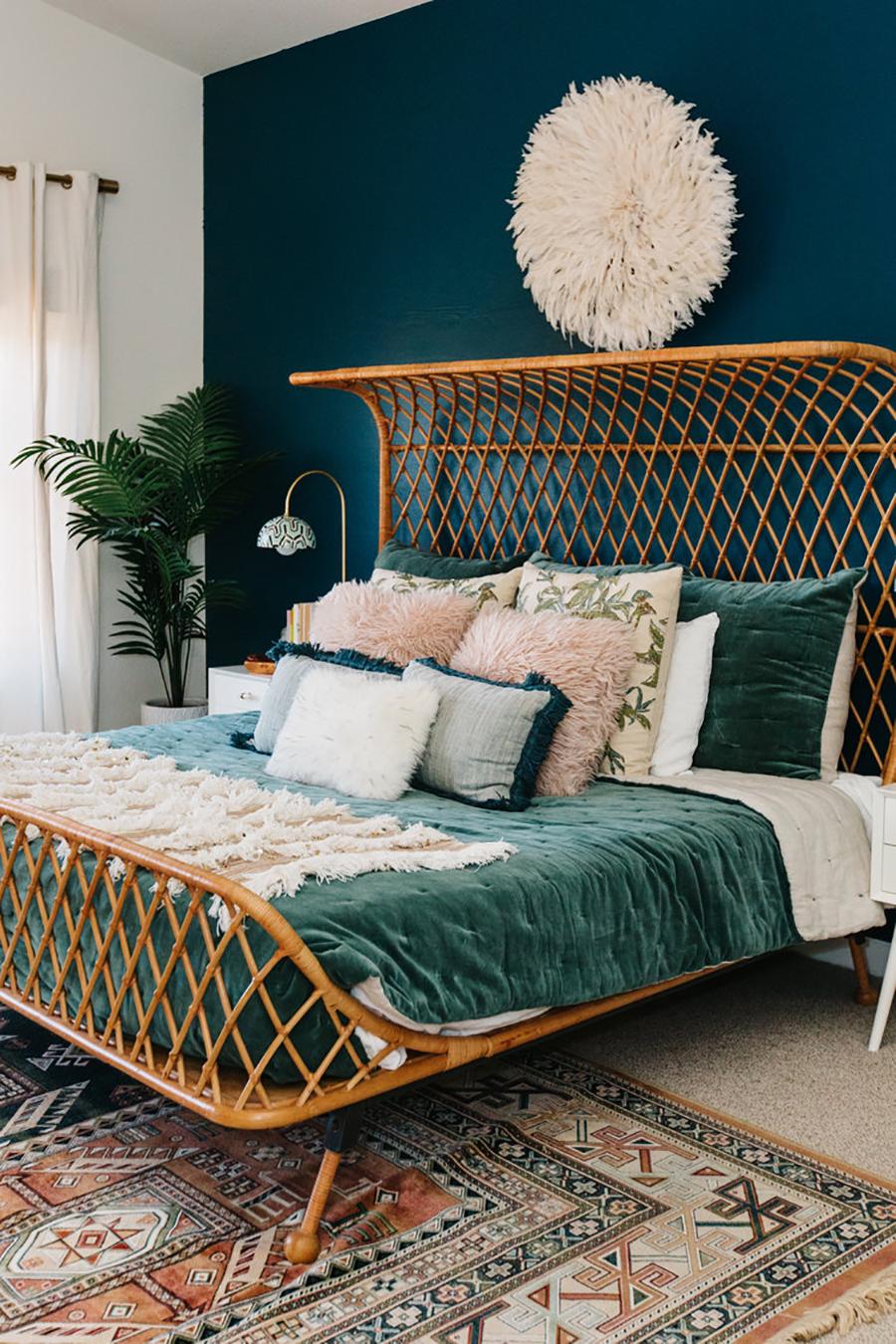 dormitorio look vintage: cama con respaldo de cannage y cubrecama de terciopelo