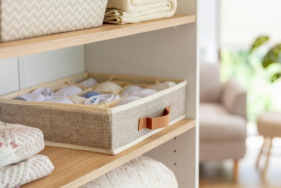Caja de organización para poner dentro del closet. En este caso sirve para poner ropa, que se ve ordenado.