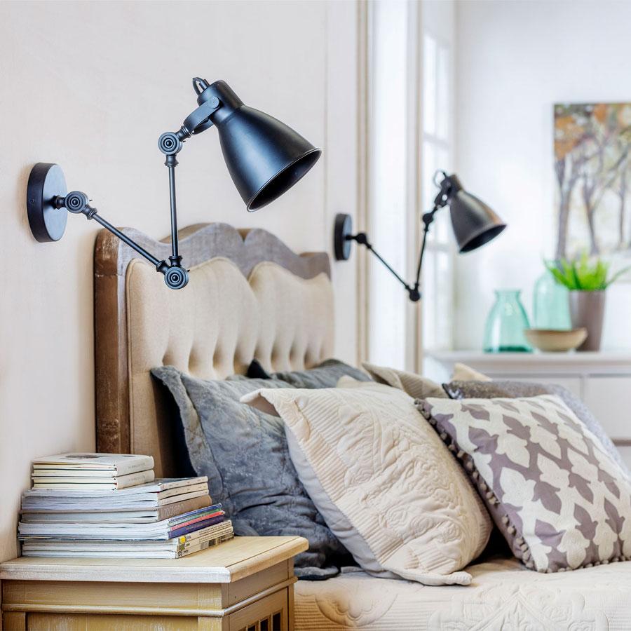 2 Focos instalados directamente a la pared, apuntando a la cama en reemplazo de lámparas tradicionales que van sobre el velador.