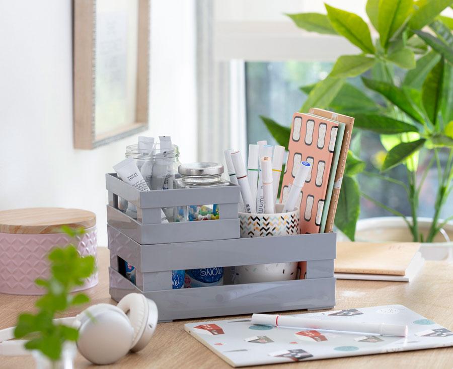Una caja de organización para el escritorio, donde se ponen lápices, libretas y otros implementos, de una forma decorativa y práctica.
