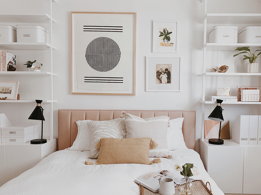 A ambos lado de la cama hay una estantería que parte desde el piso y llega hasta el techo. En ellas hay muchos elementos decorativos.