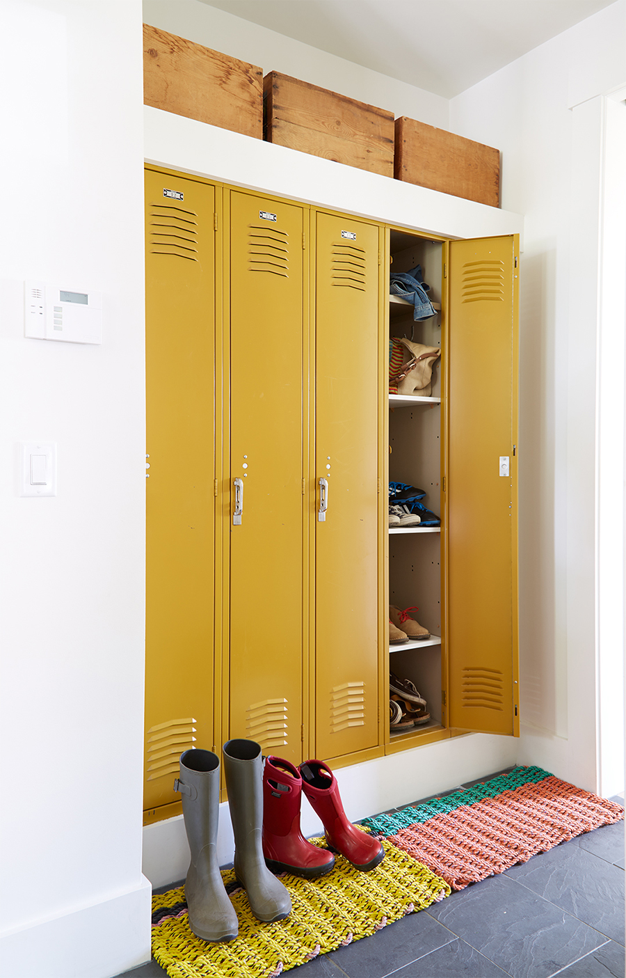 Cajas de organización pueden ir en las superficies de muebles altos.