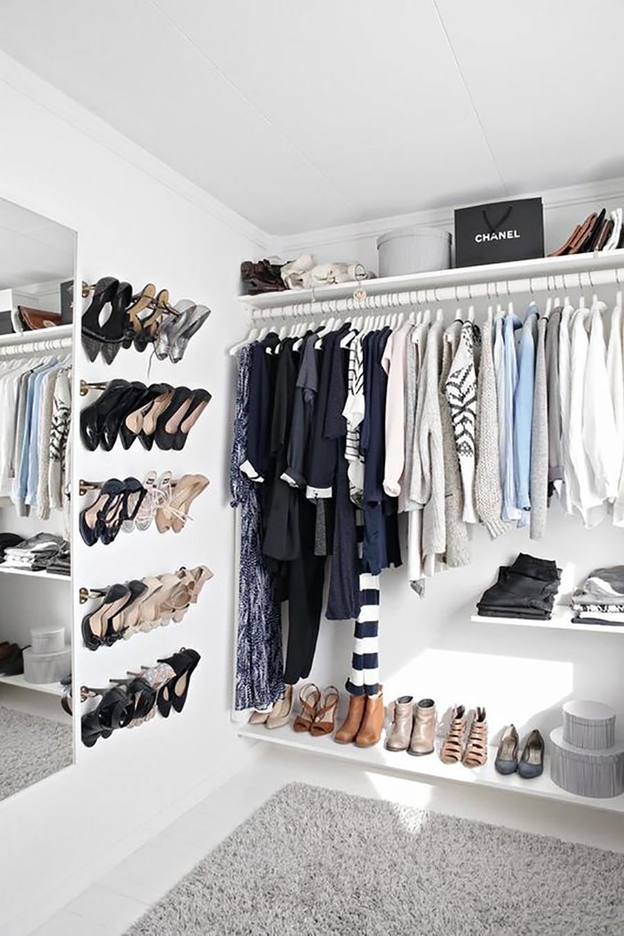 Una forma de organizar los zapatos, es con barras de closet.