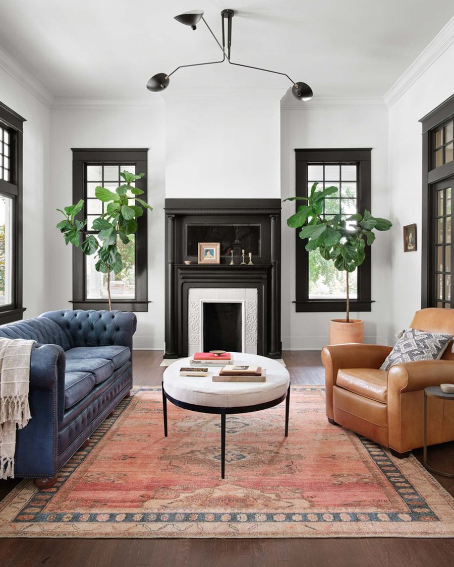 Varias ventanas en un living. Tienen marcos café oscuro gruesos, con molduras.