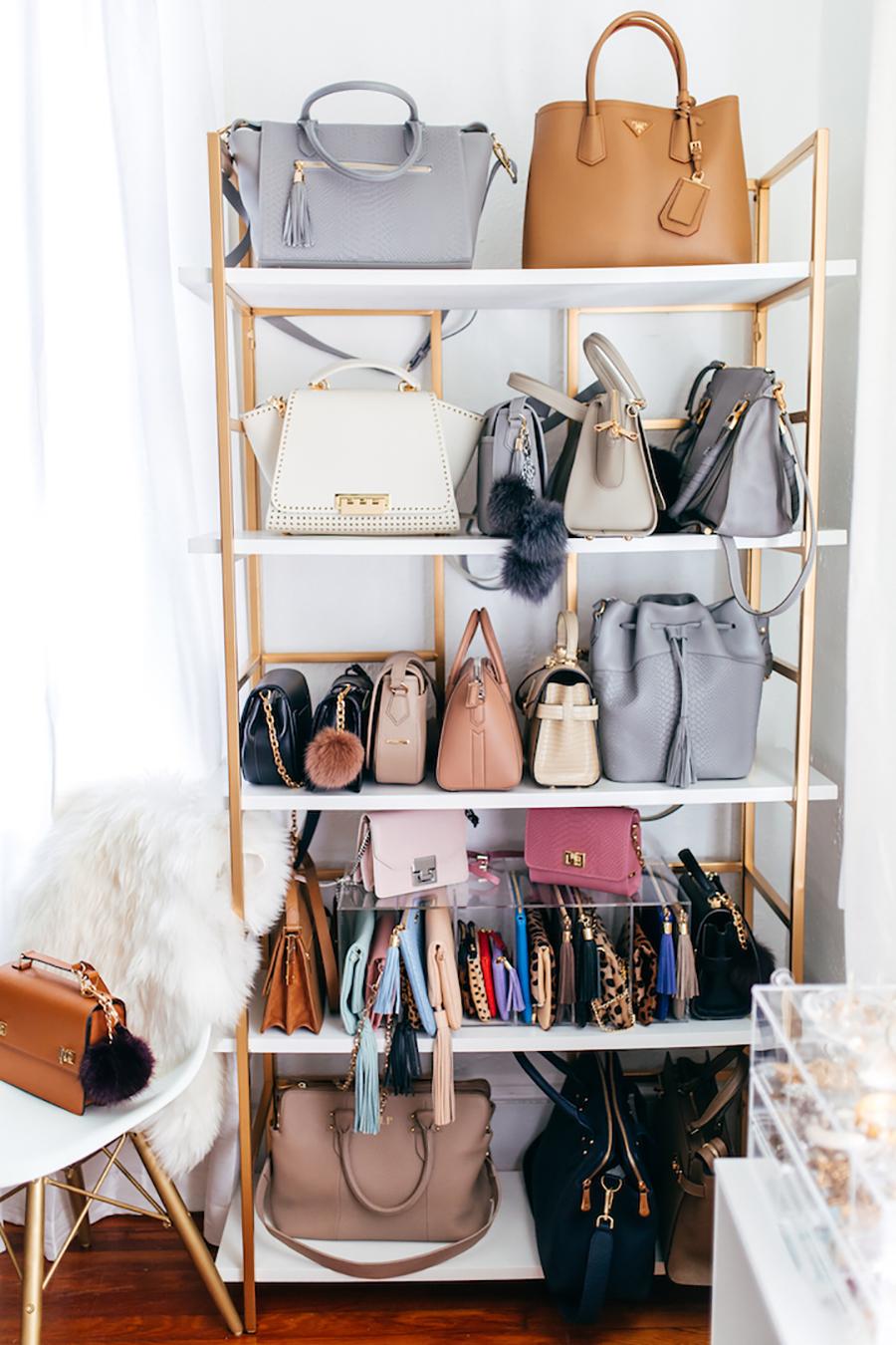 Una estantería abierta puede ser una excelente forma de organizar carteras y bolsos.