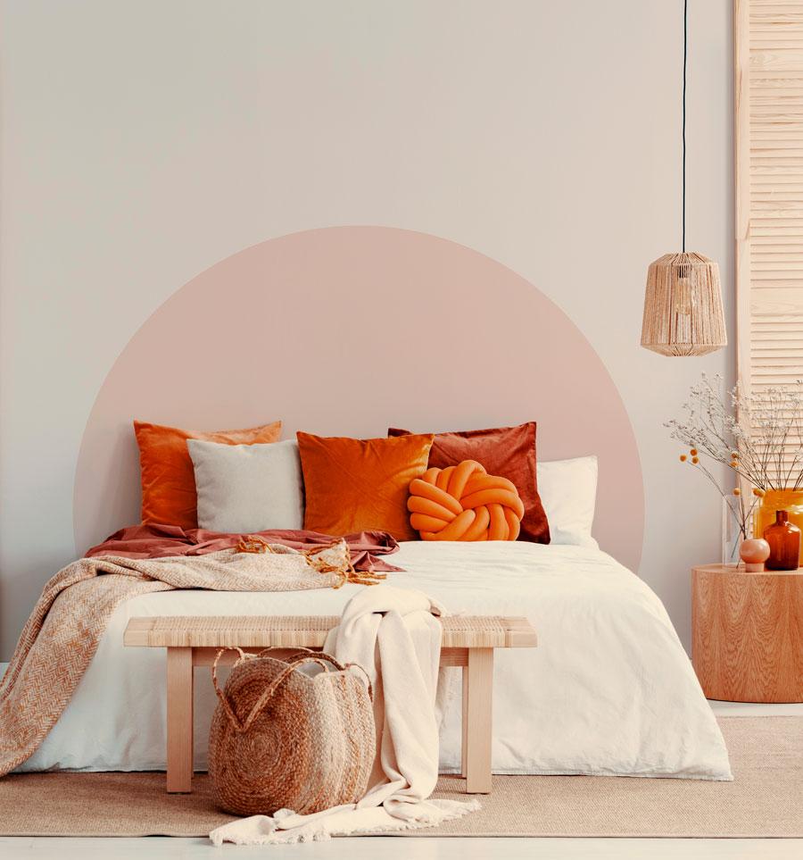Un arco pintado en la pared simula ser un respaldo de cama, con una lámpara de techo al lado.