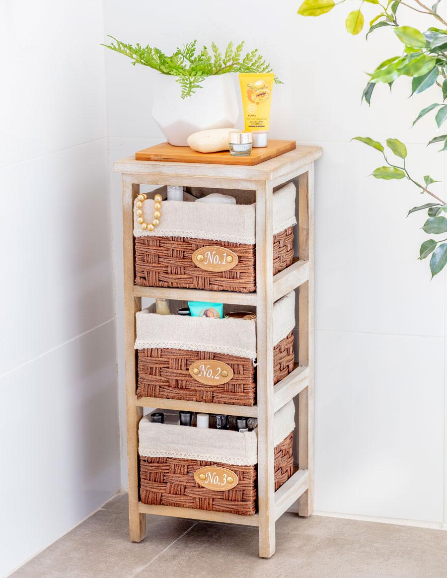 Estantería de baño con espacio para tres canasto de organización y una superficie para poner objetos decorativos o de uso personal
