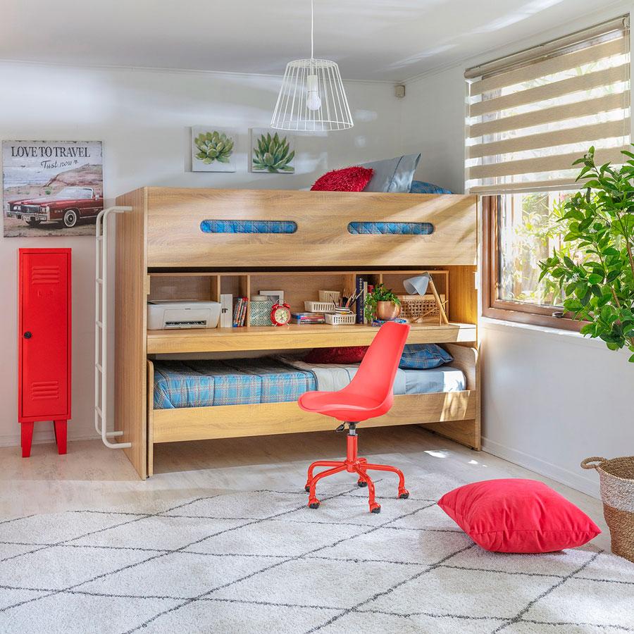 Dormitorio con camarote que se transforma en escritorio.
