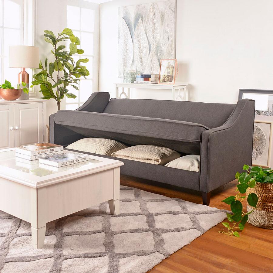 Un gran sofá en el living que permite guardar ropa de cama y se transforma en cama.