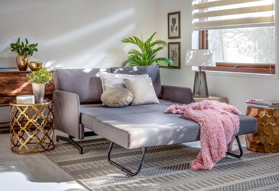 Un sofá en el living que se expande para convertirse en una cama.