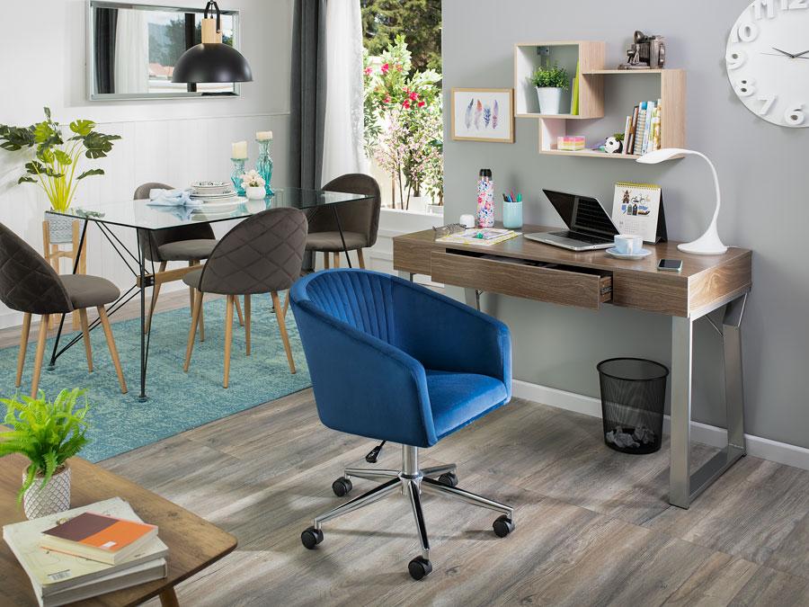 """En el espacio se aprecian muchos muebles de aspecto """"liviano"""", que no saturan el espacio y son fáciles de mover. La silla poltrona con ruedas se puede cambiar de lugar fácilmente cuando se necesite."""