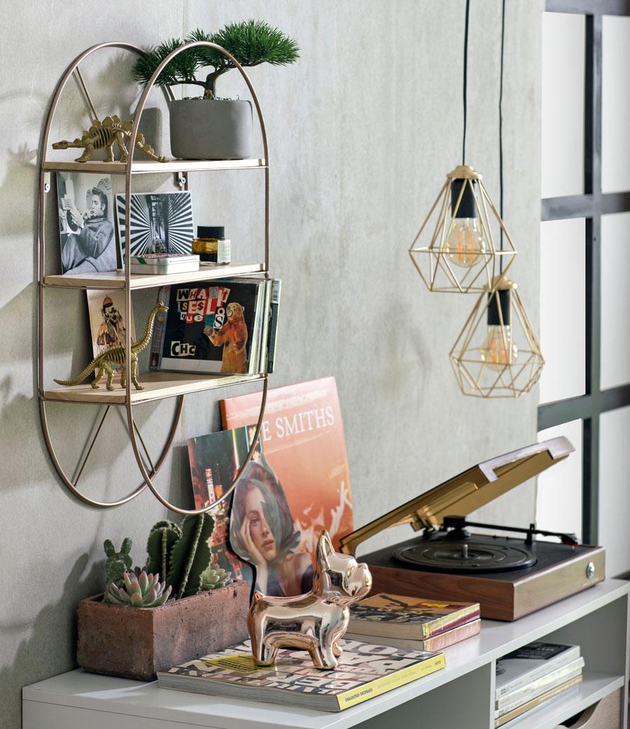 Repisa de forma circular sobre le escritorio, con estantes de madera pegados a la pared y metal en forma circular alrededor. Sobre las repisas hay discos, fotografías y plantas que adornan muy bien el espacio.